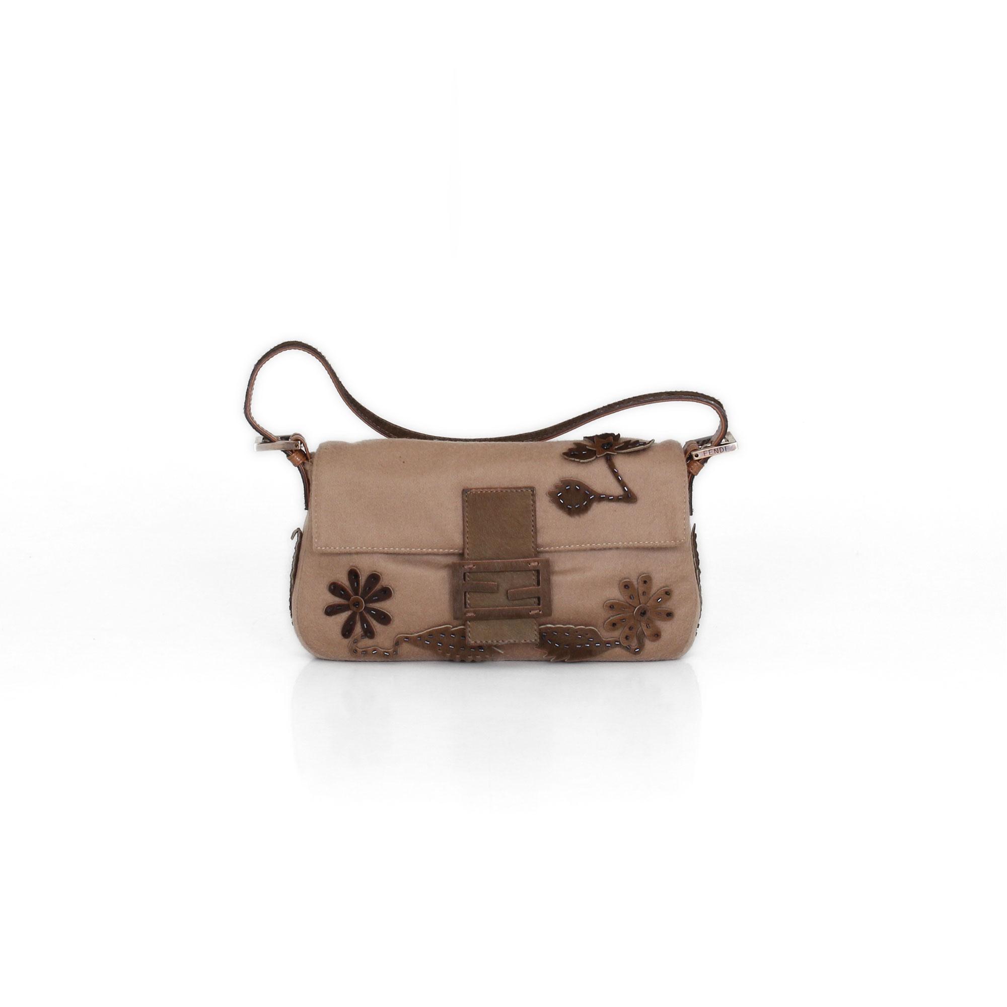 eefabaa7bf8ae Bolso Fendi. Fendi cashmere Baguette bag